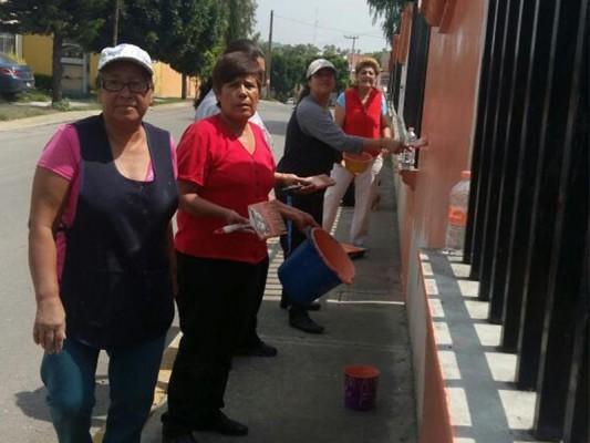 Vecinos se organizan para dar mantenimiento a su colonia
