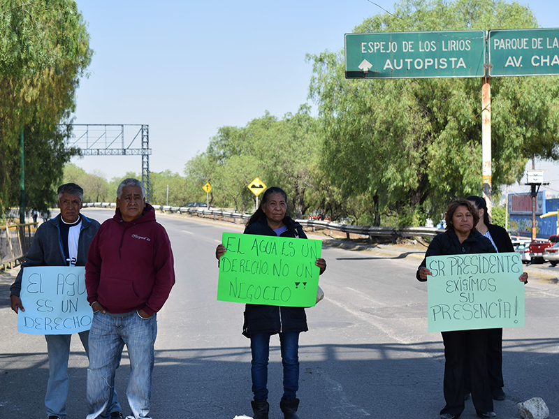 Bloquean oficinas en demanda de un mayor suministro de agua potable
