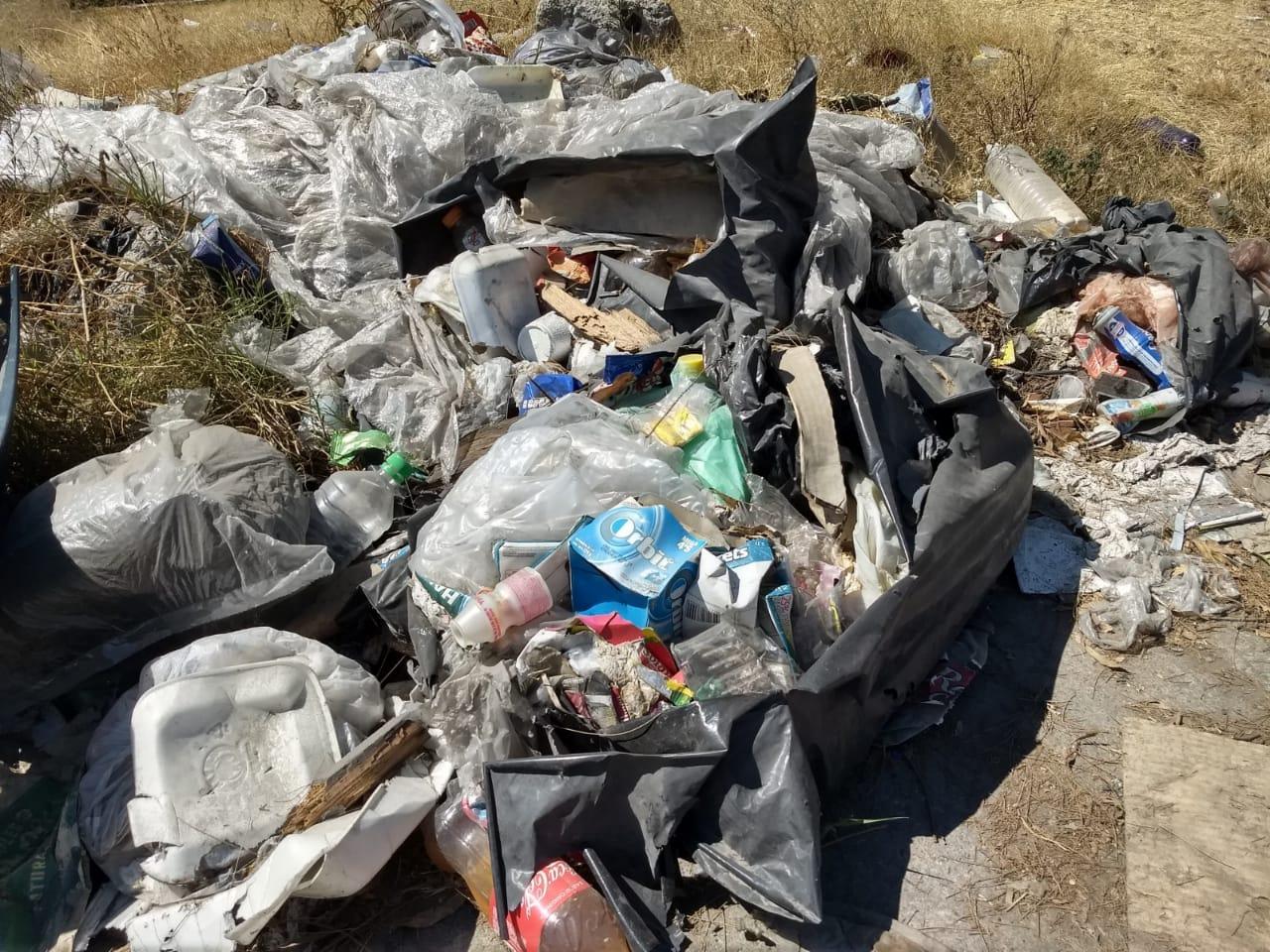 Autopista México Querétaro convertida en un tiradero de basura