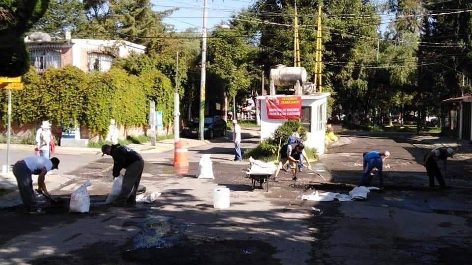 Se organizan vecinos de Los Miras para bachear y recuperar espacios públicos